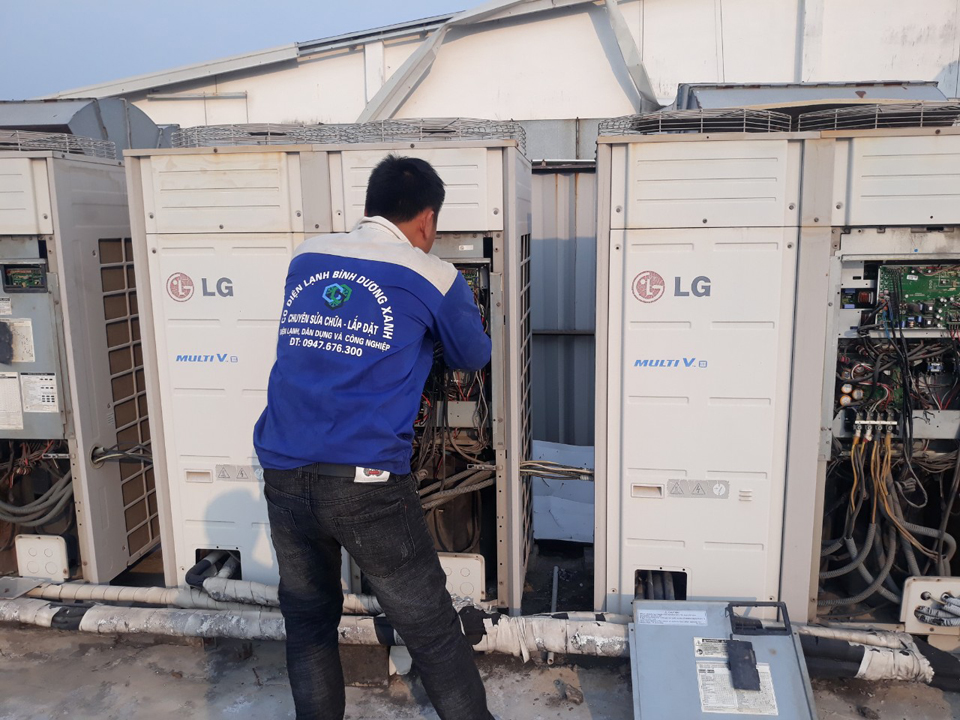 Thợ đang sửa máy lạnh trung tâm