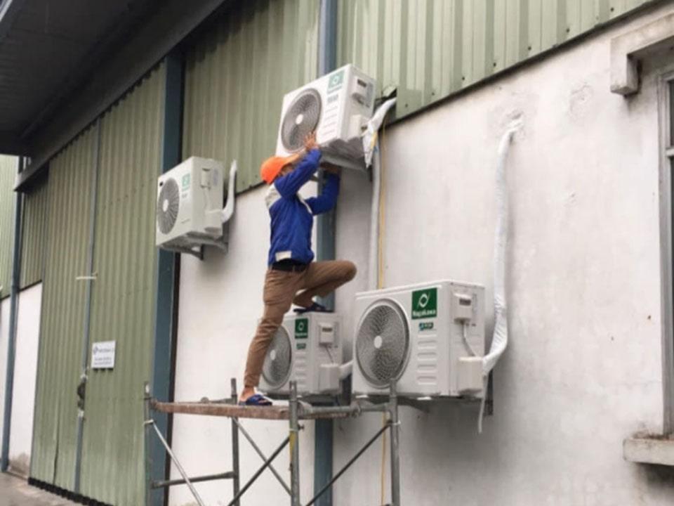 thợ đang sửa máy lạnh đây